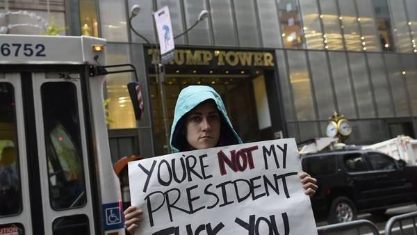 """""""No sos mi presidente"""" más un insulto, reza un cartel dedicado a Donald Trump, durante una protesta frente a  la Trump Tower, en Nueva York. / AFP"""